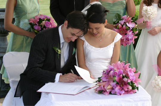 Foto: Jason Hutchens (CC BY 2.0 https://commons.wikimedia.org/wiki/File:Bride_and_groom_signing_the_book.jpg)